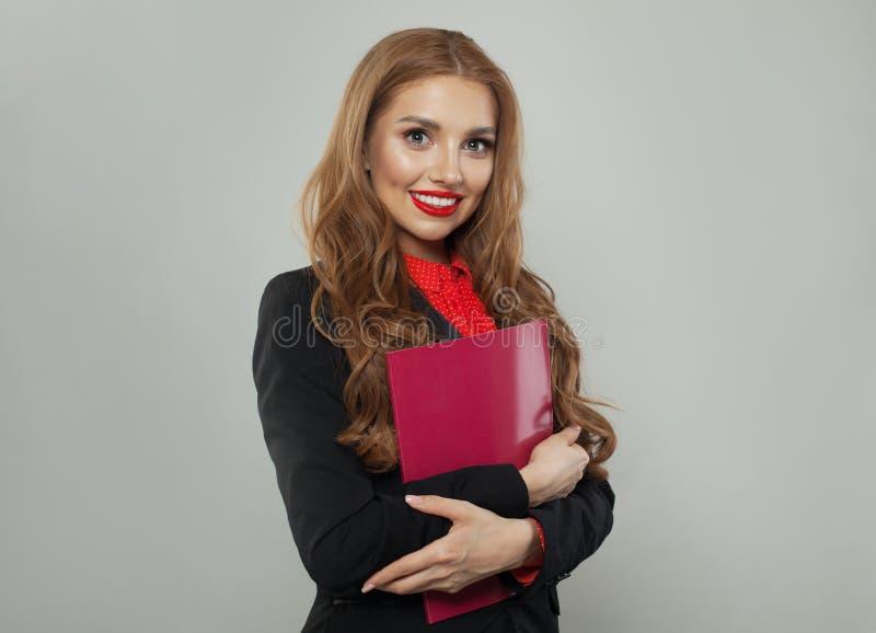 Młoda kobieta z czerwieni książką na białym tle Biznesu i edukaci poj?cie fotografia stock