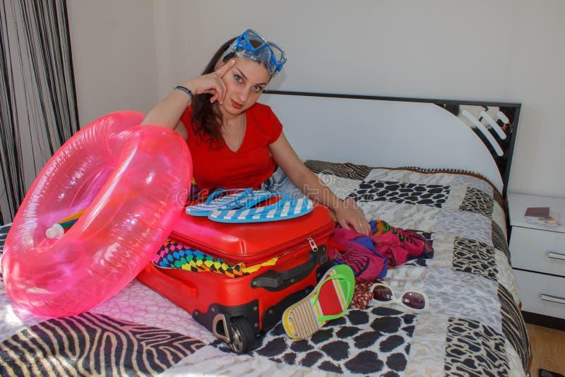 Młoda kobieta z Czerwoną walizką, wycieczkami i odtwarzaniem, turystyka Dziewczyna i walizka piękny żeński turysta z podróży wali obrazy royalty free