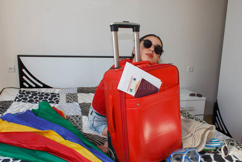 Młoda kobieta z Czerwoną walizką, wycieczkami i odtwarzaniem, turystyka Dziewczyna i walizka piękny żeński turysta z podróży wali fotografia royalty free