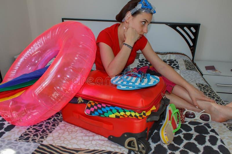 Młoda kobieta z Czerwoną walizką, wycieczkami i odtwarzaniem, turystyka Dziewczyna i walizka piękny żeński turysta z podróży wali zdjęcie stock