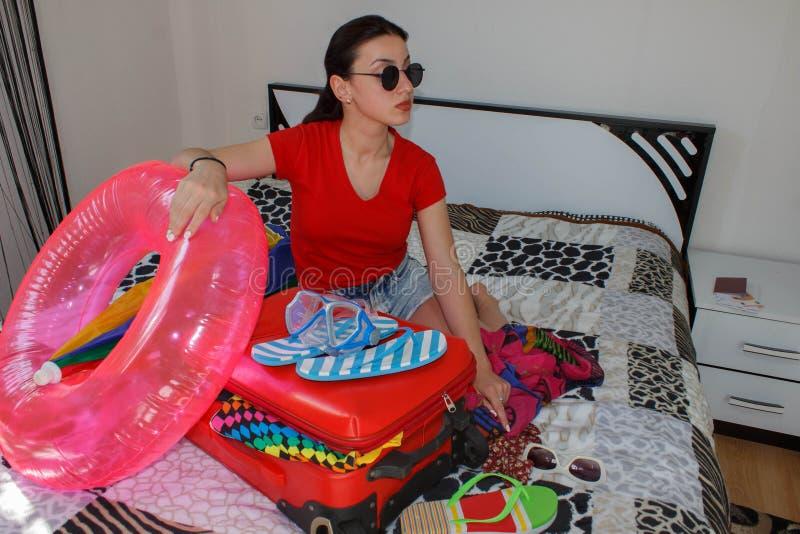 Młoda kobieta z Czerwoną walizką, wycieczkami i odtwarzaniem, turystyka Dziewczyna i walizka piękny żeński turysta z podróży wali fotografia stock