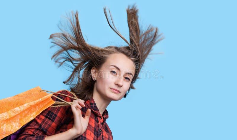 Download Młoda Kobieta Z Długim Podmuchowym Włosy I Shoping Torbami Obraz Stock - Obraz złożonej z atrakcyjny, rozczochruje: 57669801