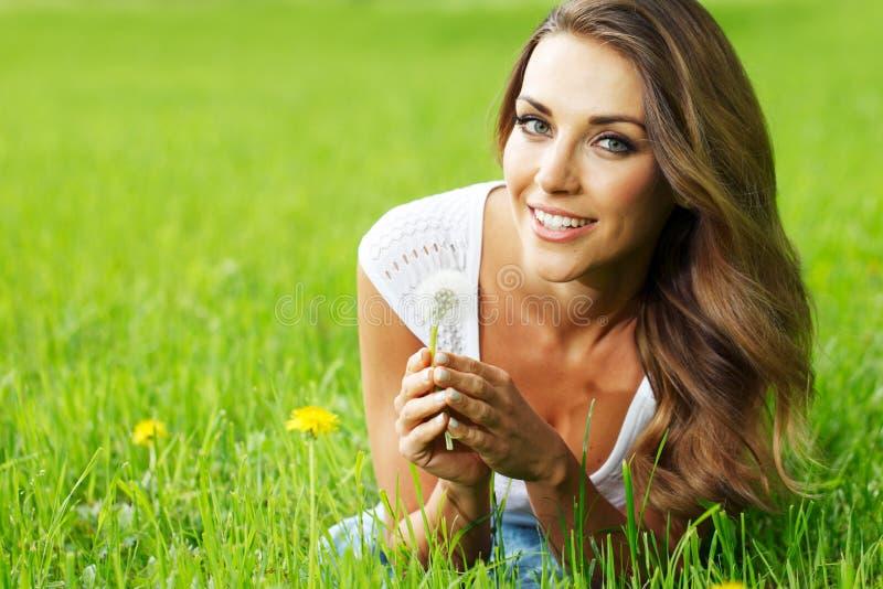 Młoda kobieta z dandelion fotografia royalty free