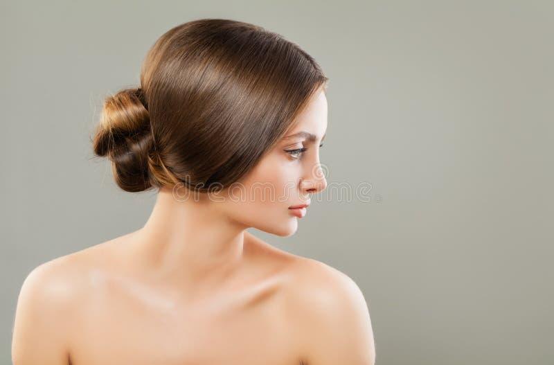 Młoda kobieta z doskonalić ślubną fryzurą fotografia stock