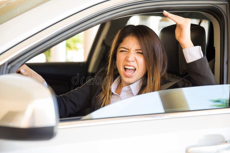 Młoda kobieta z drogową furią zdjęcia stock