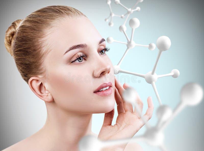 Młoda kobieta z dużym białym molekuła łańcuchem zdjęcia stock