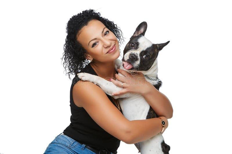 Młoda kobieta z francuskiego buldoga psem zdjęcia stock