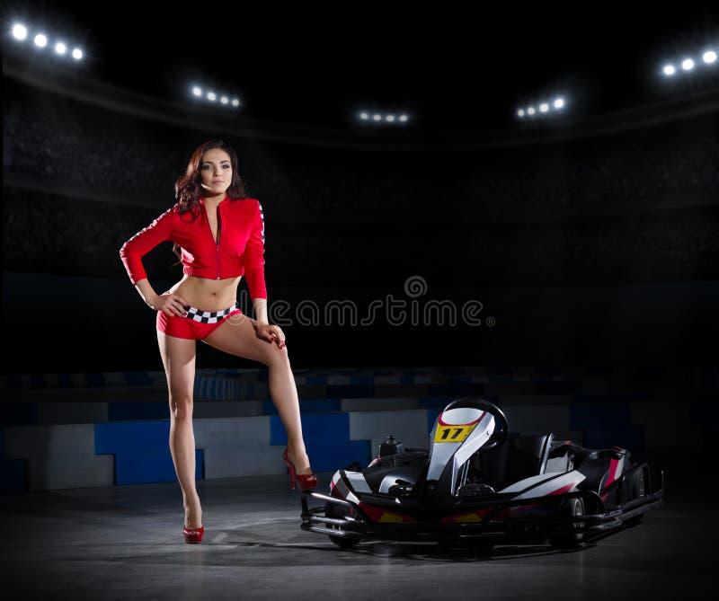 Młoda kobieta z furmanienie samochodem fotografia stock