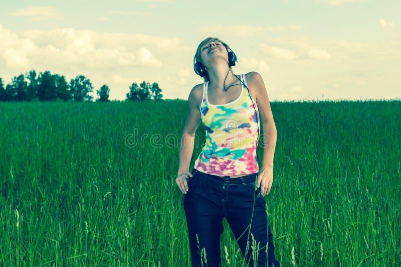 Młoda kobieta z hełmofonami zdjęcie royalty free