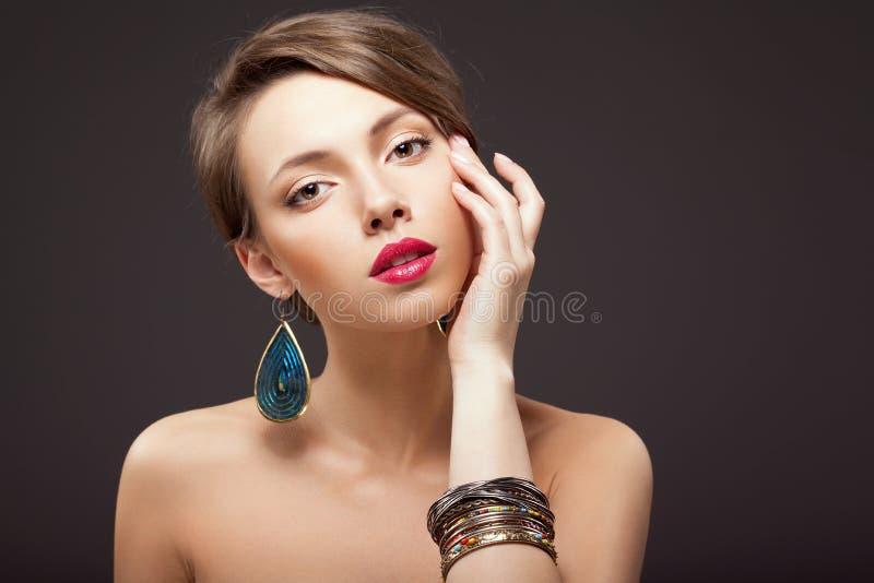 Młoda kobieta z jaskrawym makeup fotografia stock