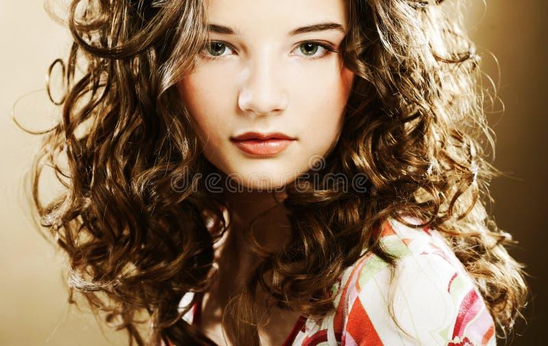 Młoda kobieta z kędzierzawym włosy fotografia stock