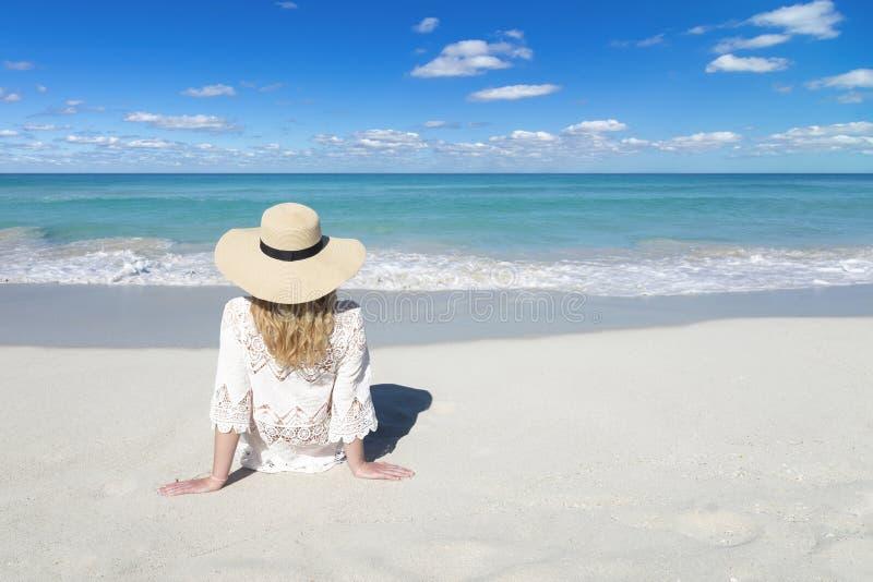 Młoda kobieta z kapeluszem relaksuje na plaży Bia?y piasek, b??kitny chmurny niebo i kryszta?u morze tropikalna pla?a, Kuba, Vara fotografia royalty free
