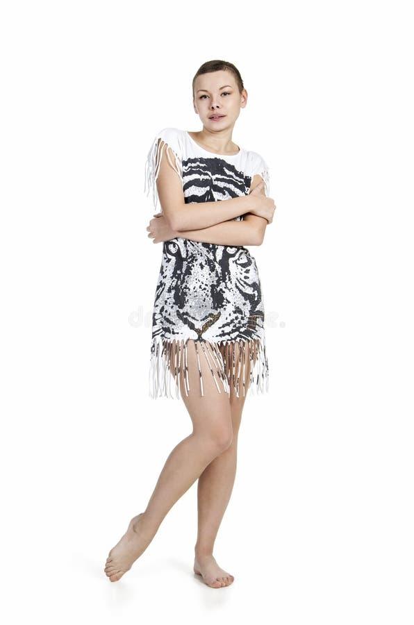 Młoda kobieta z kiwającym włosy w sukni z tygrysim drukiem fotografia royalty free
