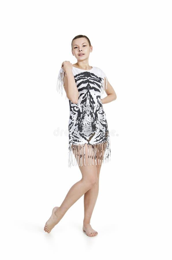 Młoda kobieta z kiwającym włosy w sukni z tygrysim drukiem obraz stock