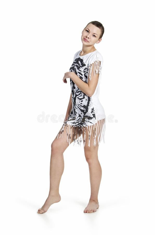 Młoda kobieta z kiwającym włosy w sukni z tygrysim drukiem zdjęcie stock