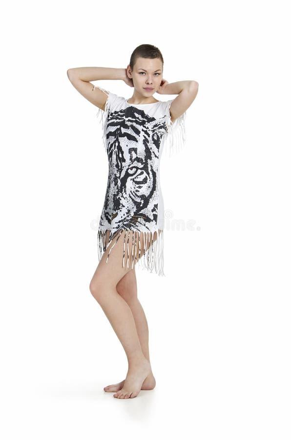 Młoda kobieta z kiwającym włosy w sukni z tygrysim drukiem fotografia stock