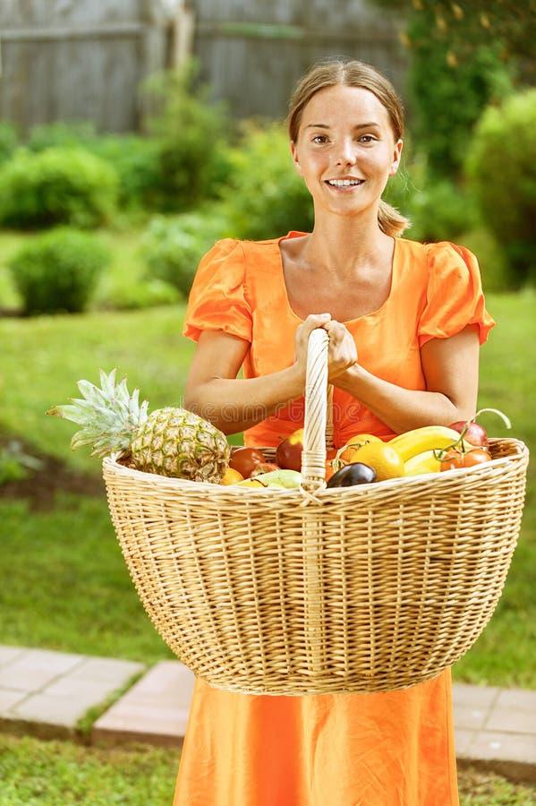 Młoda kobieta z koszami owoc obrazy stock