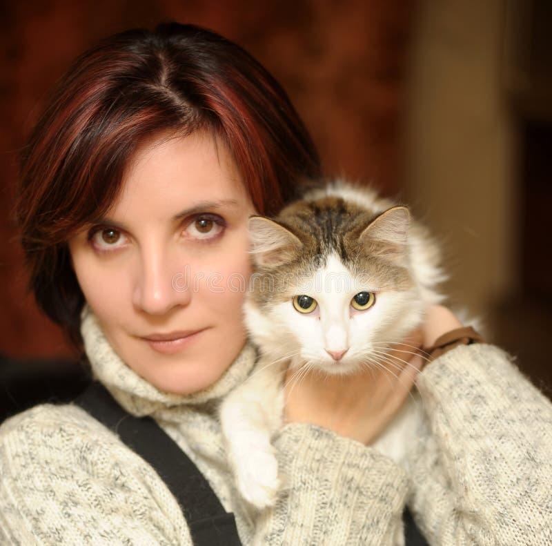 Młoda kobieta z kotem obraz stock
