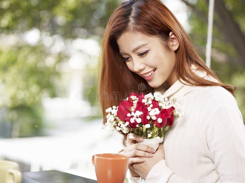 Młoda kobieta z kwiatami obraz stock