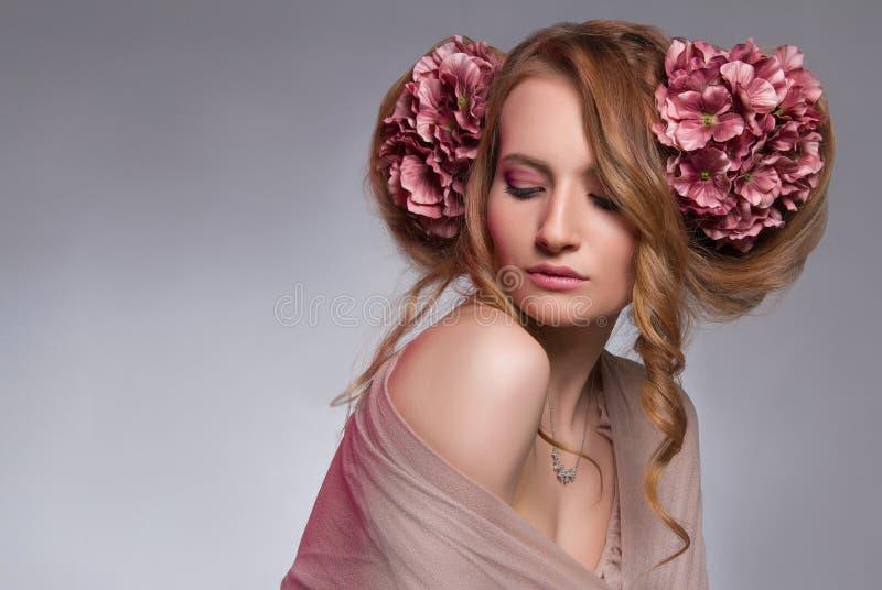 Młoda kobieta z kwiatami w włosy zdjęcia royalty free