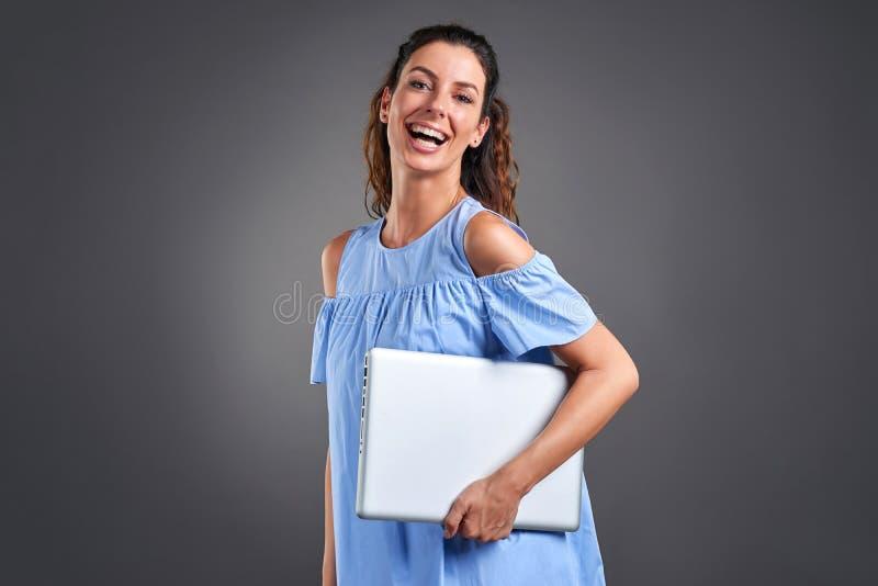 Młoda kobieta z laptopem zdjęcie stock