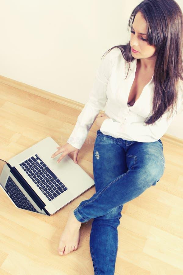 Młoda kobieta z laptopem zdjęcia royalty free