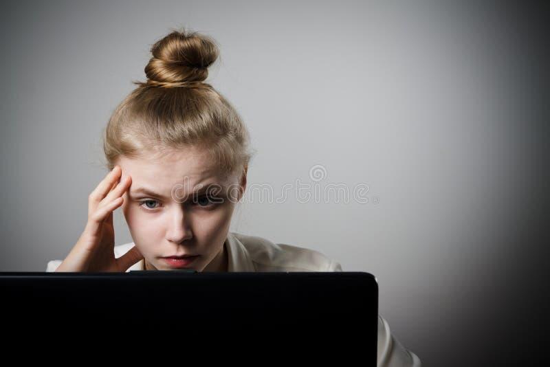 Młoda kobieta z laptopem fotografia stock
