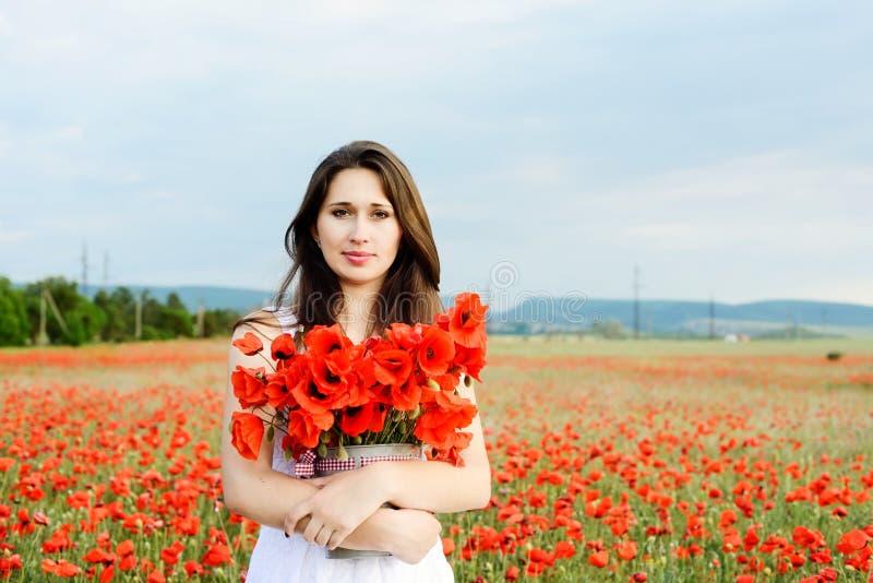 Młoda kobieta z maczkami fotografia stock