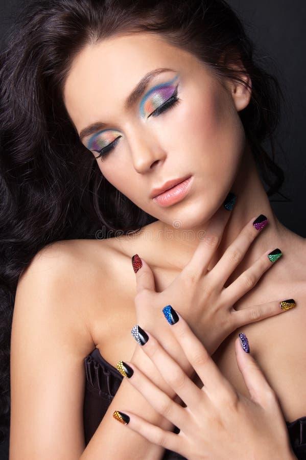 Młoda kobieta z mody makijażem i manicure'em zdjęcie stock