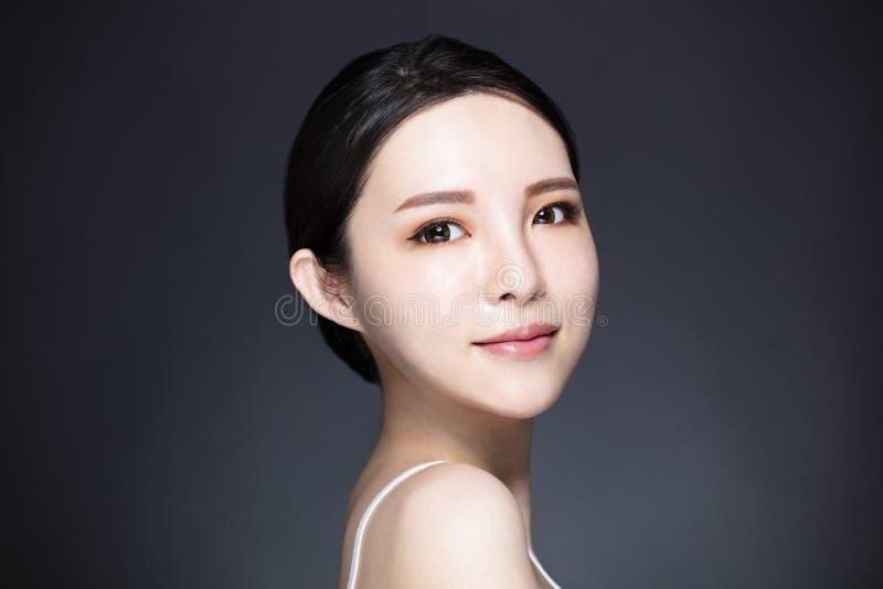 Młoda kobieta z naturalnym makeup i czystą skórą obraz royalty free