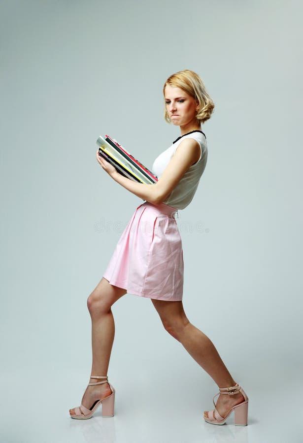 Młoda kobieta z notatnikami zdjęcie stock