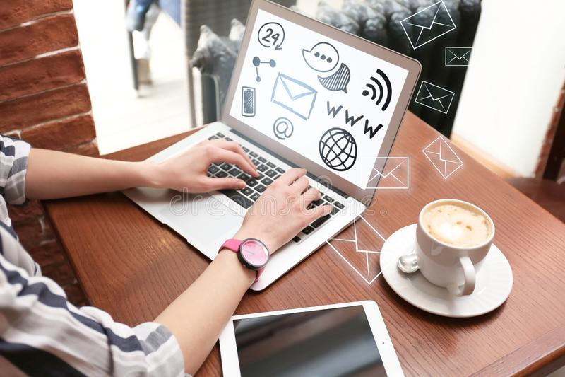 Młoda kobieta z otwartym desktop na laptopu ekranie pracuje w kawiarni fotografia royalty free