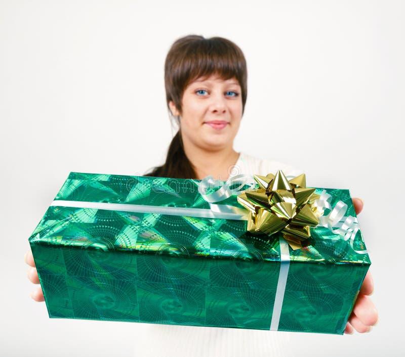 Młoda kobieta z pakującym prezentem zdjęcie stock