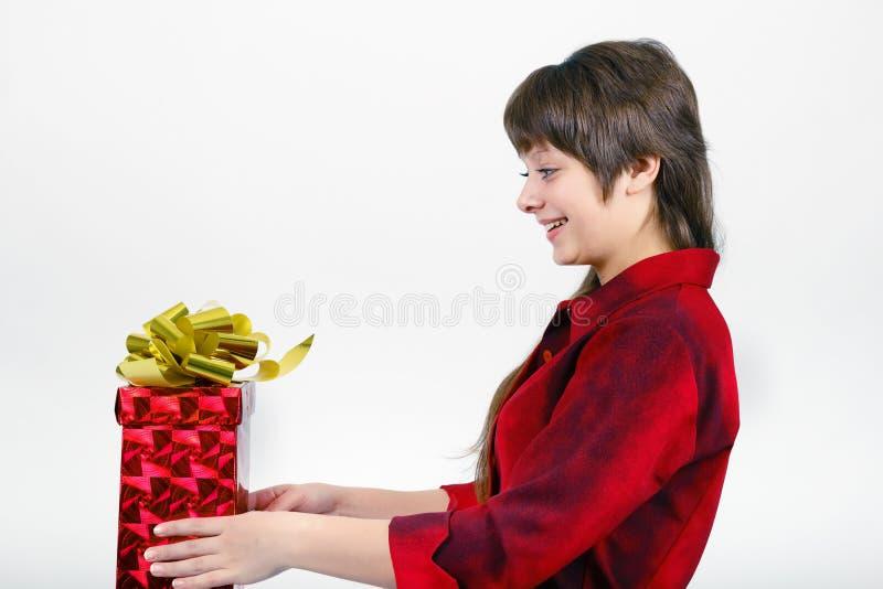 Młoda kobieta z pakującym prezentem fotografia stock
