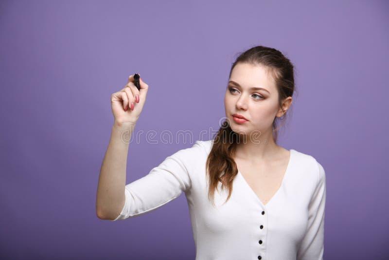 Młoda kobieta z piórem na popielatym tle zdjęcie stock