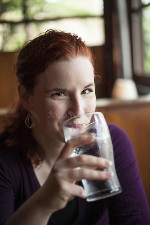 Download Młoda Kobieta Z Piękną Kasztanowego Włosy Wodą Pitną Zdjęcie Stock - Obraz złożonej z oczy, glassblower: 28964928
