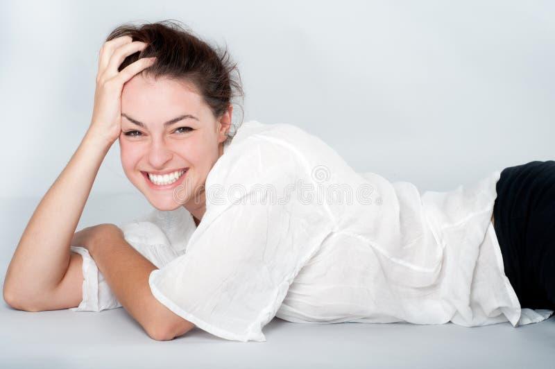 Młoda kobieta z pięknym uśmiechem fotografia stock