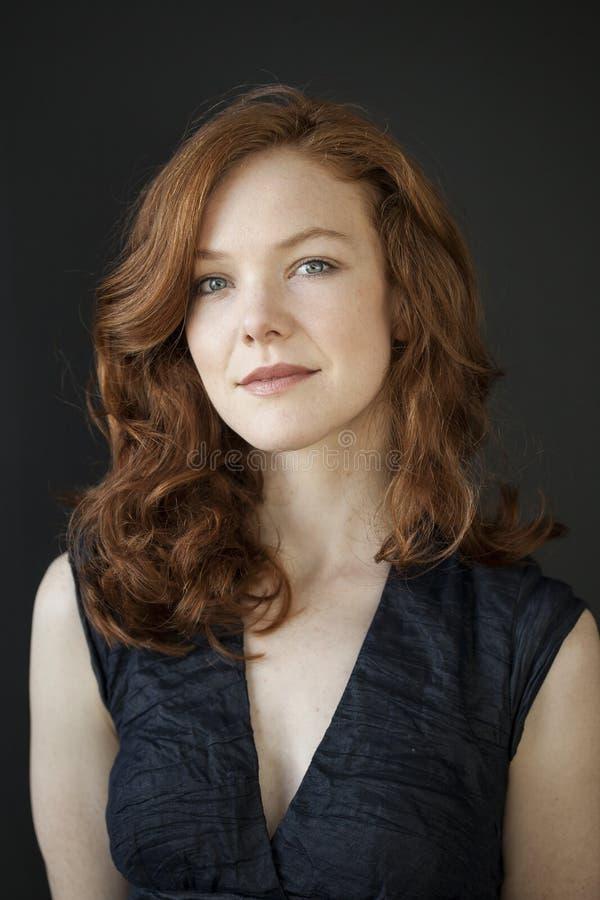 Młoda Kobieta z Pięknymi niebieskimi oczami i Czerwonym włosy obrazy stock