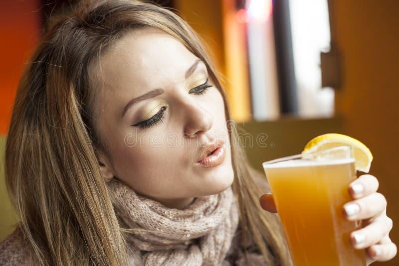 Młoda Kobieta z Pięknymi niebieskimi oczami Pije Hefeweizen piwo zdjęcia royalty free