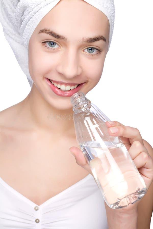 Młoda kobieta z ręcznikiem i butelką woda zdjęcie stock