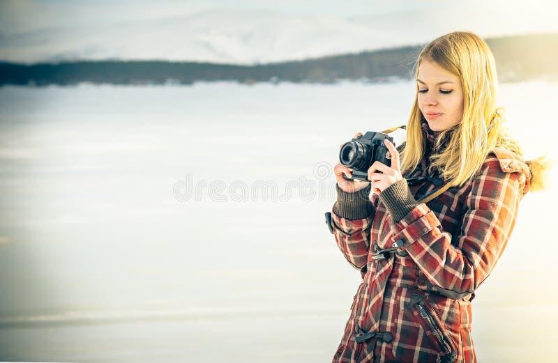 Młoda Kobieta z retro fotografii kamerą plenerową obraz royalty free