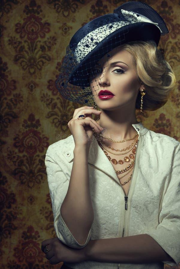 Młoda kobieta z rocznika stylem w biżuterii obrazy royalty free