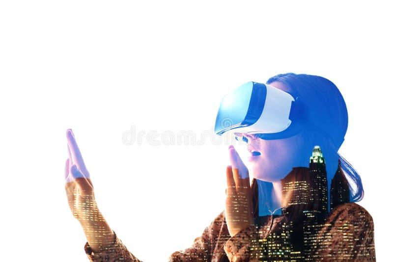 Młoda kobieta z rzeczywistość wirtualna szkłami nowożytne technologie Pojęcie przyszłościowa technologia obraz royalty free