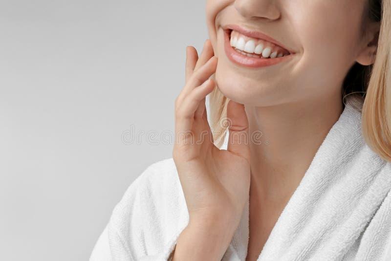 Młoda kobieta z silky skórą na lekkim tle obraz stock