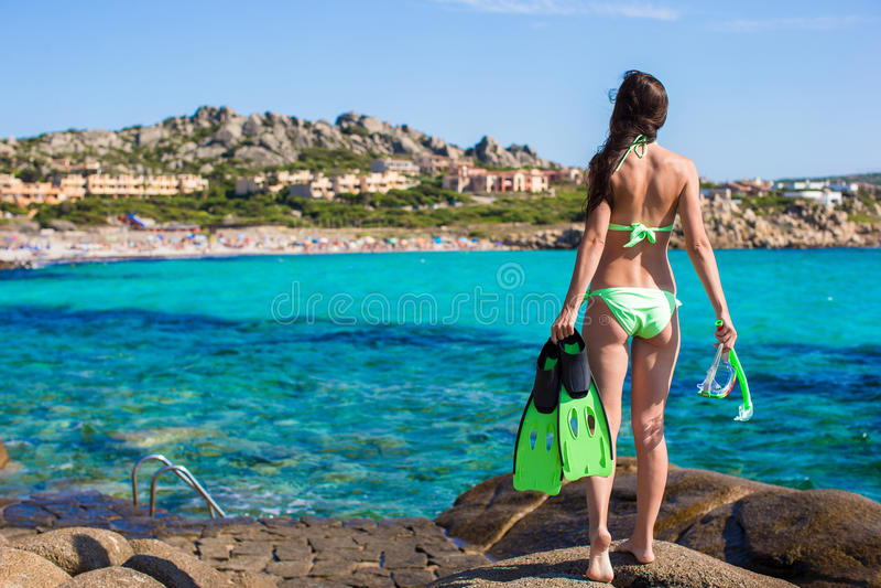 Młoda kobieta z snorkeling wyposażeniem na ampule obrazy stock