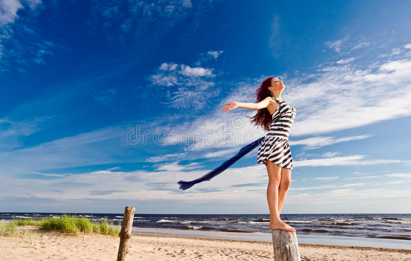 Młoda kobieta z szalikiem zdjęcie royalty free