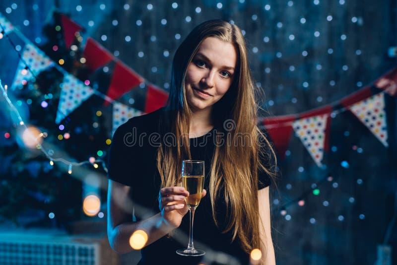 Młoda kobieta z szkłem szampan Odświętność nowy rok, boże narodzenia obraz royalty free