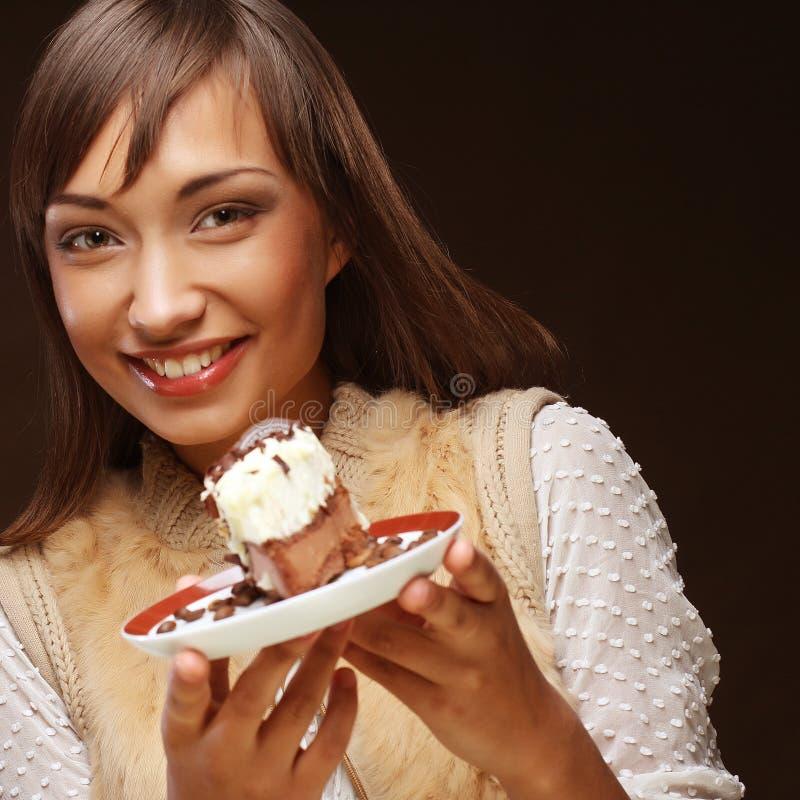 Młoda kobieta z tortem zdjęcia stock