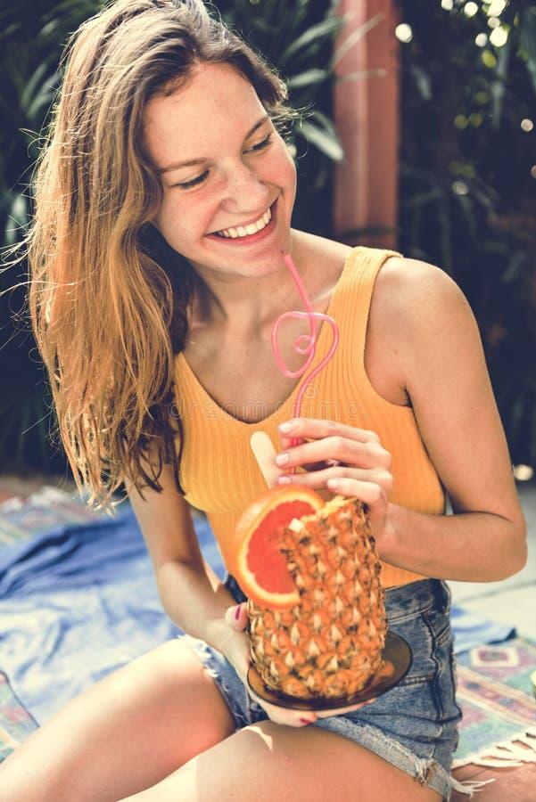 Młoda kobieta z tropikalnym ananasem zdjęcia stock