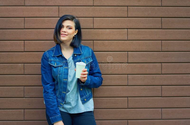 młoda kobieta z tunelami w ucho w niebiescy dżinsy kurtce obraz royalty free